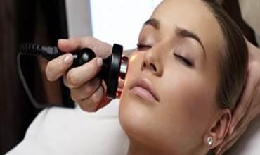 Radiofrequenz Straffen, glätten, liften oder formen mit der Radiofrequenz Therapie! Die Radiofrequenz Therapie ist bereits seit Jahren aus der Medizin bekannt und gilt als Stimulanz für Zellerneuerung und Kollagensynthese. Mit Elektroden werden Radiowellen in die Tiefe Ihrer Haut geschleust.